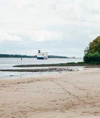 Wo die Elbe am schönsten ist – weitläufige Strände am Falkensteiner und Rissener Ufer